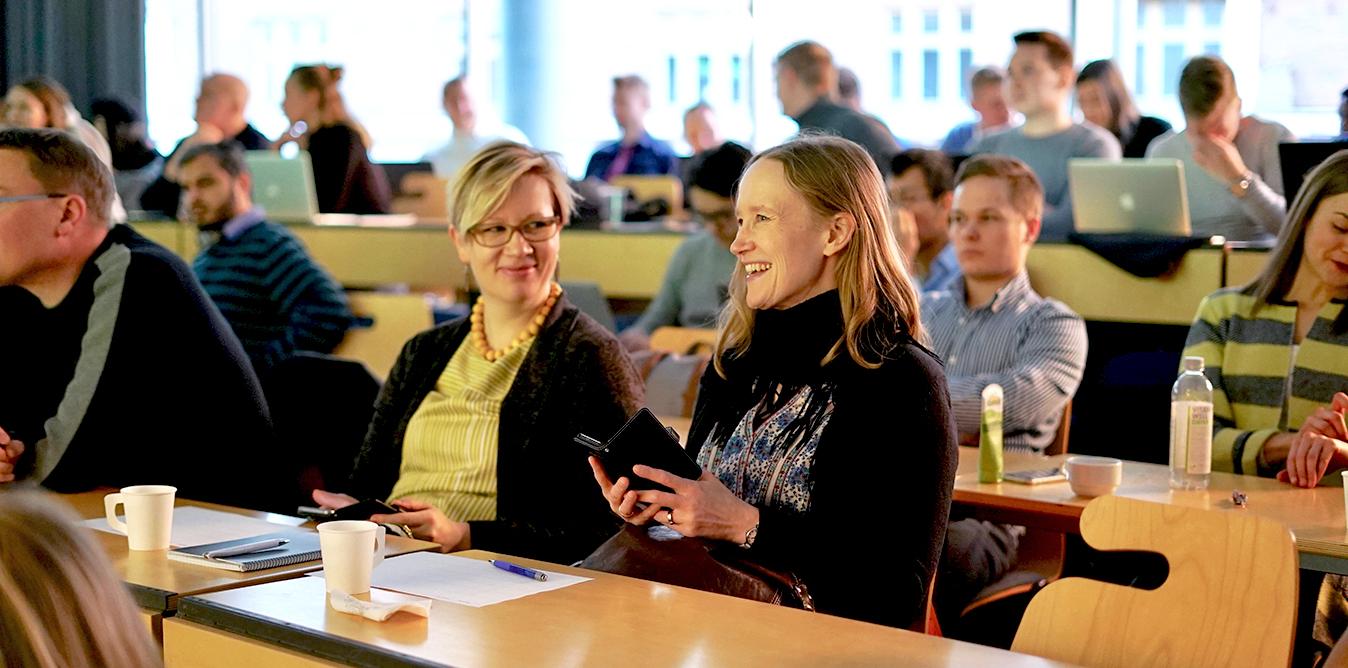 Apotin valmentajia kuuntelemassa Hackathon-esityksiä