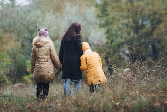 Perhe syysmetsässä