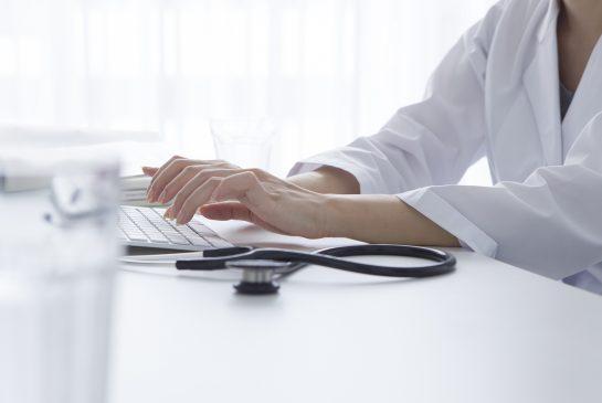 Naislääkäri tietokoneella