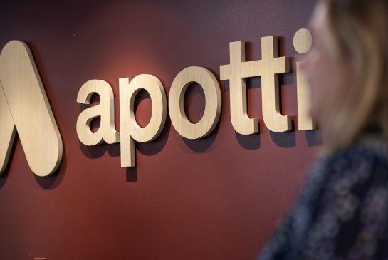 Apotti-logo ja nainen